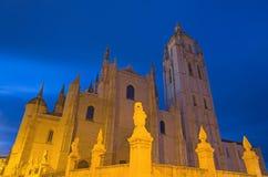 SEGOVIA SPANIEN, APRIL - 14, 2016: Domkyrkan Nuestra Senora de la Asuncion y de San Frutos de Segovia på skymning Arkivbild