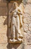 SEGOVIA SPANIEN, APRIL - 14, 2016: Lättnaden av St Peter aposteln på fasaden av romanic kyrkliga Iglesia de San Miguel Royaltyfri Fotografi