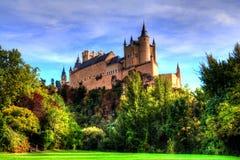 Segovia Spanien Den berömda alcazaren av Segovia som stiger ut på en stenig brant klippa som byggs i 1120 royaltyfri fotografi