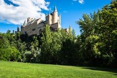 Segovia, Spanien Der berühmte Alcazar von Segovia, steigend heraus auf ein r Stockbild
