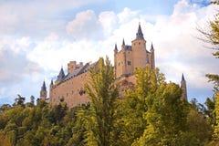 Segovia, Spanien Der berühmte Alcazar von Segovia, steigend heraus auf eine felsige Felsspitze, im Jahre 1120 errichtet Kastilien Lizenzfreie Stockfotografie
