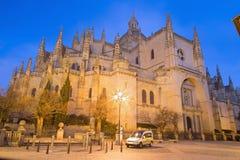 SEGOVIA SPANIEN, 2016: Domkyrkan Nuestra Senora de la Asuncion y de San Frutos de Segovia på skymning Royaltyfri Bild