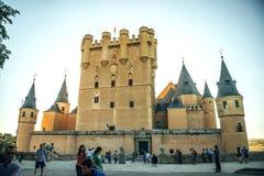 Segovia Spanien - Juli 12, 2014: Folk runt om den berömda slotten Arkivfoton