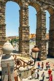 Segovia, Spanien - 29. Juni 2014: Leute um den berühmten alten römischen Aquädukt Lizenzfreie Stockfotos