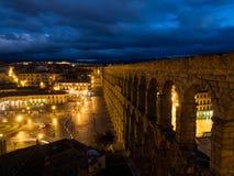 Segovia Spanien på den forntida romerska akvedukten Akvedukten av Segovia som lokaliseras i Plaza del Azoguejo, är det definieran arkivbild