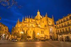 SEGOVIA SPANIEN: Plazaborgmästarefyrkant och domkyrkan Nuestra Senora de la Asuncion y de San Frutos de Segovia på skymning Royaltyfria Foton