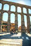Segovia, Spanje - Juli 12, 2014: Mensen rond beroemde oud Royalty-vrije Stock Foto's
