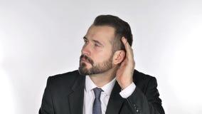 Segredo de escuta do homem de negócios da barba, fundo branco video estoque