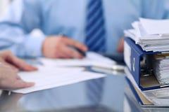 Segregatory z papierami czekają przetwarzającym księgowymi w plamie z powrotem Księgowości planowania budżet, rewizja Obrazy Stock