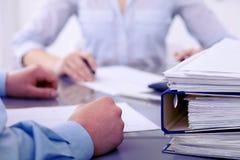 Segregatory z papierami czekają przetwarzającym księgowymi w plamie z powrotem Księgowości planowania budżet, rewizja Obraz Royalty Free