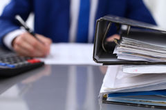 Segregatory z papierami czekają przetwarzającym z biznesmena plecy w plamie Księgowości planowania budżet, rewizja zdjęcia stock