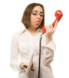 Segretaria che mostra linguetta al microtelefono fotografie stock libere da diritti