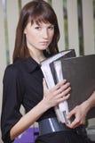 Segretaria con i dispositivi di piegatura del documento Fotografia Stock Libera da Diritti