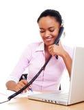 Segretaria di smiley che comunica sul telefono Fotografia Stock Libera da Diritti