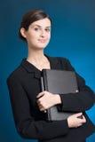 Segretaria o donna di affari in vestito con il taccuino su priorità bassa blu Fotografia Stock
