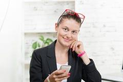 Segretario abbastanza giovane, sul telefono Immagine Stock Libera da Diritti