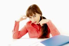 Segretario che si siede sui documenti della lettura dello scrittorio, seduzione fotografie stock