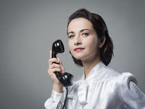 Segretario d'annata sicuro sul telefono fotografie stock libere da diritti