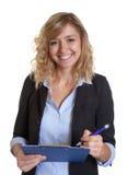 Segretario di risata con la giacca sportiva blu e la lavagna per appunti Fotografia Stock Libera da Diritti