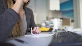 Segretario femminile che chiama l'impiegato della società, informante circa la riunione, affare archivi video