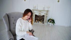 Segretario femminile sveglio Holding Paper e mani del disegno, esaminare macchina fotografica e Fotografia Stock