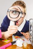Segretario lavorante dell'ufficio divertente della donna con la lente Fotografia Stock