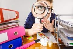 Segretario lavorante dell'ufficio divertente della donna con la lente Immagine Stock