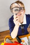 Segretario lavorante dell'ufficio divertente della donna con la lente Fotografia Stock Libera da Diritti