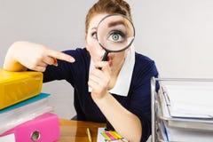 Segretario lavorante dell'ufficio divertente della donna con la lente Fotografie Stock