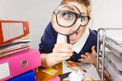 Segretario lavorante dell'ufficio divertente della donna con la lente Immagini Stock
