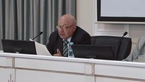Segretario scientifico legge i regolamenti video d archivio