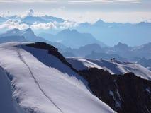 Segua la conduzione alla sommità di alto picco alpino vicino a St Moritz nelle alpi svizzere Immagini Stock