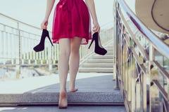 Seguami abbigliamento di classe elegante classico dopo avere ballato il concetto di promenade Lo studente teenager felice sveglio fotografia stock libera da diritti