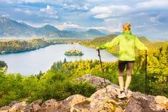 Seguendo intorno al lago sanguinato in Julian Alps, la Slovenia Fotografia Stock Libera da Diritti