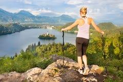 Seguendo intorno al lago sanguinato in Julian Alps, la Slovenia Fotografie Stock Libere da Diritti