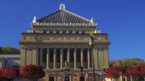 Seguimento estabelecendo soldados do tiro e marinheiros Memorial Hall em Oakland Pittsburgh video estoque