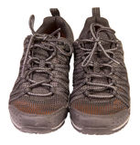 Seguimiento de las zapatillas de deporte negras que se divierten, material respirable, aislado Imagen de archivo libre de regalías