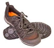 Seguimiento de las zapatillas de deporte negras que se divierten, material respirable, aislado Imágenes de archivo libres de regalías