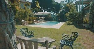 Seguimiento del tiro de una piscina en un patio trasero grande metrajes