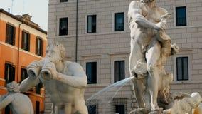 Seguimiento del tiro en la fuente del ` s de Bernini en la plaza Navona, Roma almacen de metraje de vídeo