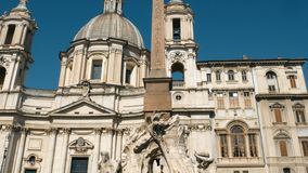 Seguimiento del tiro en la fuente del ` s de Bernini en la plaza Navona, Roma almacen de video