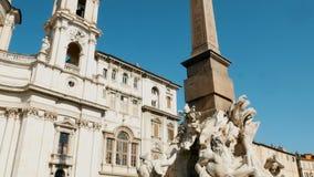 Seguimiento del tiro en la fuente del ` s de Bernini en la plaza Navona, Roma metrajes