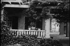 Seguimiento del tiro a la entrada de la casa almacen de metraje de vídeo