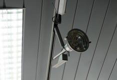 Seguindo o projetor no teto role a imagem do estoque do sistema imagens de stock royalty free