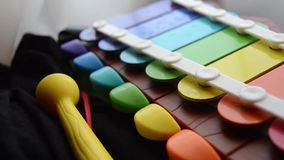 Seguindo o tiro com profundidade do shalow de campo, brinquedo colorido do instrumento musical das crianças do xilofone vídeos de arquivo