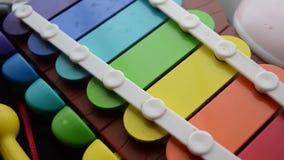 Seguindo o tiro com profundidade do shalow de campo, brinquedo colorido do instrumento musical das crian?as do xilofone filme