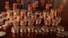 Seguindo o tiro das pilhas de quartos americanos, moedas de dez centavos, níqueis - dinheiro da economia - foco apertado video estoque