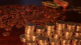 Seguindo o tiro das pilhas de quartos americanos, moedas de dez centavos, níqueis - dinheiro da economia - foco apertado filme