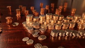 Seguindo o tiro das pilhas de quartos americanos, moedas de dez centavos, níqueis - foco apertado vídeos de arquivo
