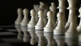 Seguindo o tiro de partes de xadrez do marfim em uma placa de xadrez de mármore vídeos de arquivo